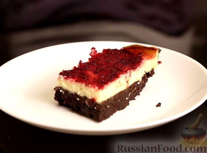 Фото приготовления рецепта: Шоколадный брауни с клюквенным чизкейком - шаг №10