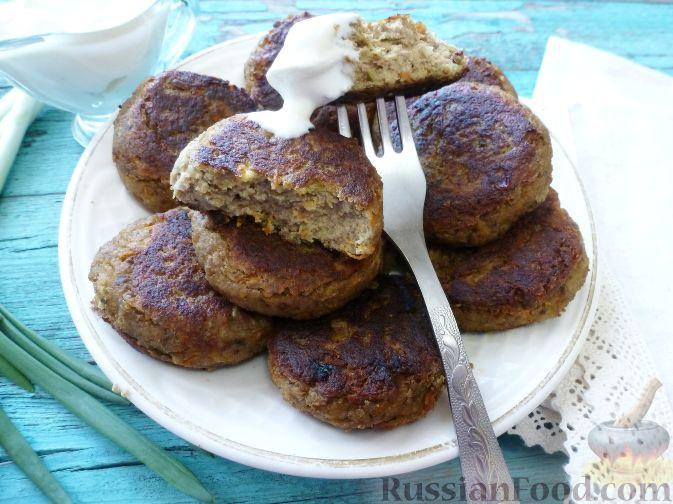 Фото приготовления рецепта: Слоёный салат со шпротами, картофелем,  солёными огурцами и маслинами - шаг №10