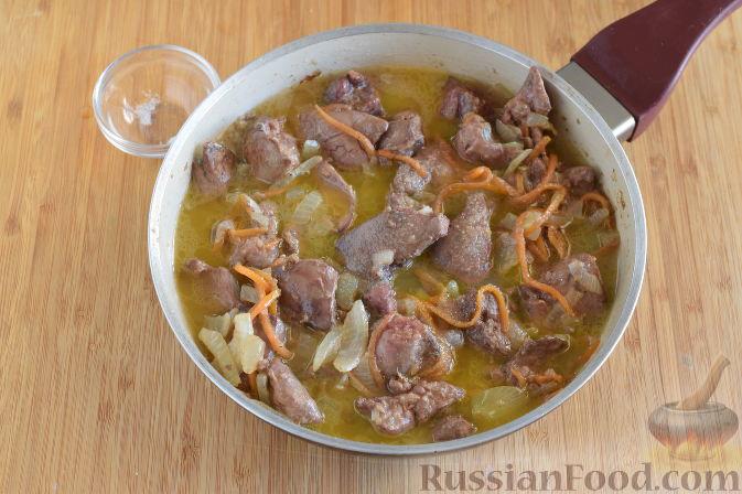Фото приготовления рецепта: Булочки с вишнёвым вареньем, изюмом и орехами - шаг №11