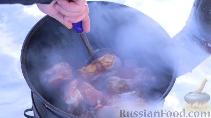 Фото приготовления рецепта: Шурпа в казане на костре - шаг №8