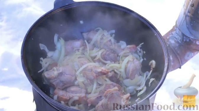 Фото приготовления рецепта: Шурпа в казане на костре - шаг №9