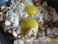 Фото приготовления рецепта: Куриное филе под сырно-яичным соусом - шаг №6