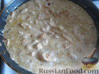 Фото приготовления рецепта: Куриное филе под сырно-яичным соусом - шаг №7