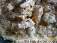 Фото приготовления рецепта: Куриное филе под сырно-яичным соусом - шаг №8