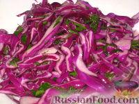 """Фото к рецепту: Салат """"Рождественский"""" из краснокочанной капусты"""