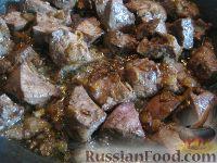 Фото приготовления рецепта: Свиная печень под сметаной - шаг №6