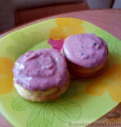 Фото к рецепту: Сырники с чиа и ягодным соусом