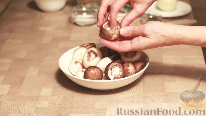 Фото приготовления рецепта: Витаминный салат из моркови, яблок, фиников и орехов - шаг №8