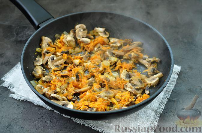 Фото приготовления рецепта: Индейка, тушенная с цветной капустой, в сметане - шаг №7