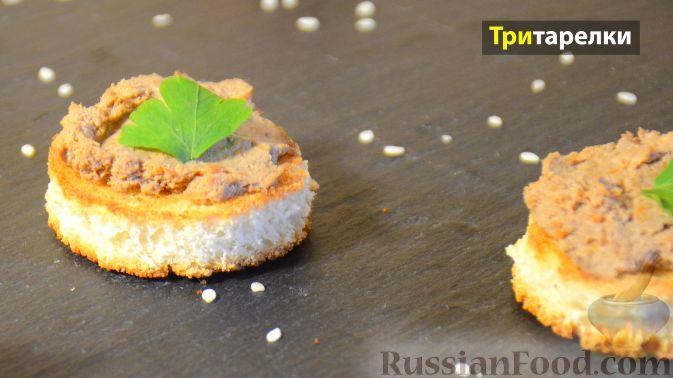 Фото приготовления рецепта: Сэндвичи с колбасой, сыром и томатной пастой, на сковороде - шаг №5