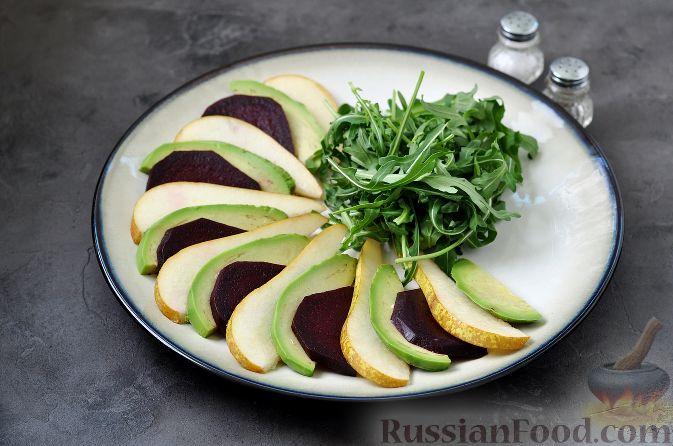 Фото приготовления рецепта: Салат из свеклы, груши и авокадо - шаг №7