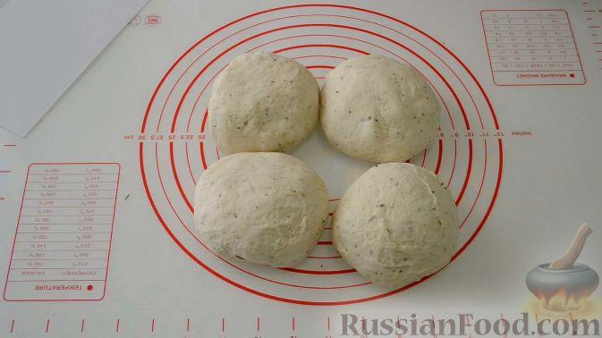Фото приготовления рецепта: Цельнозерновые луковые крекеры с кинзой, кунжутом, острым перцем и пряностями - шаг №8