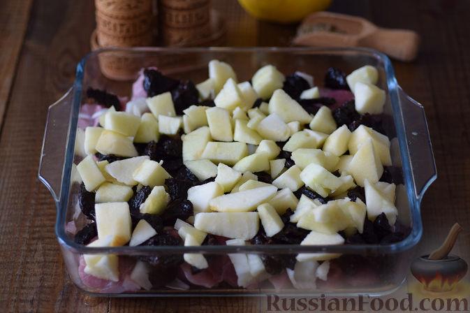 Фото приготовления рецепта: Куриный суп с капустой, сладким перцем и маслинами - шаг №7