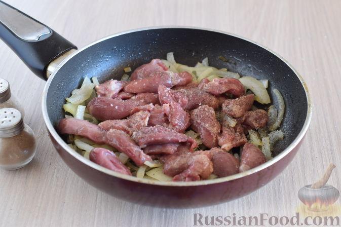 Фото приготовления рецепта: Куриные сердечки в апельсиновом соусе с розмарином - шаг №6