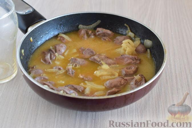 Фото приготовления рецепта: Куриные сердечки в апельсиновом соусе с розмарином - шаг №8