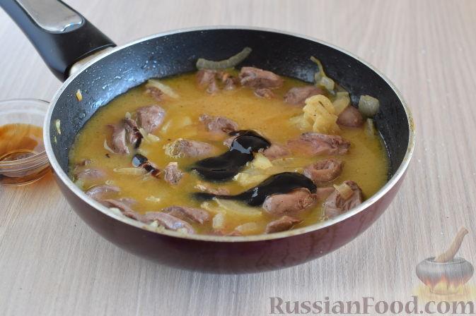 Фото приготовления рецепта: Куриные сердечки в апельсиновом соусе с розмарином - шаг №9