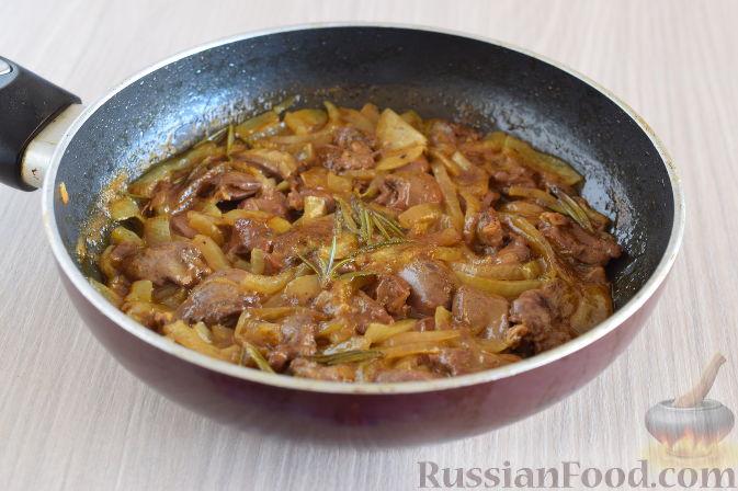 Фото приготовления рецепта: Куриные сердечки в апельсиновом соусе с розмарином - шаг №11