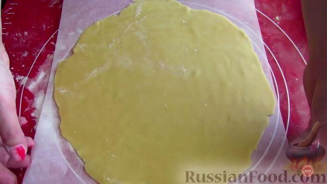 Фото приготовления рецепта: Слоёный салат с копчёной курицей, маринованными шампиньонами и огурцами - шаг №4