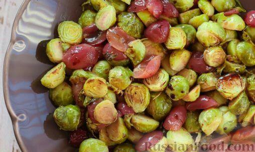 Фото к рецепту: Запеченная брюссельская капуста с виноградом