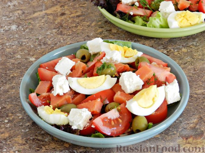 Фото приготовления рецепта: Салат с соленой горбушей - шаг №7