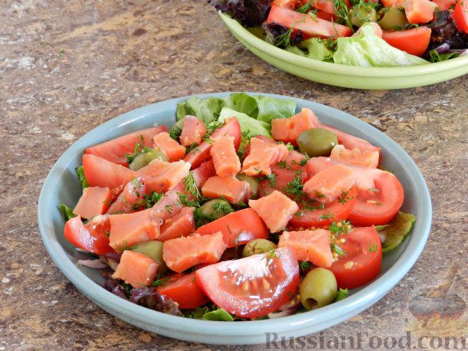 Фото приготовления рецепта: Салат с соленой горбушей - шаг №6