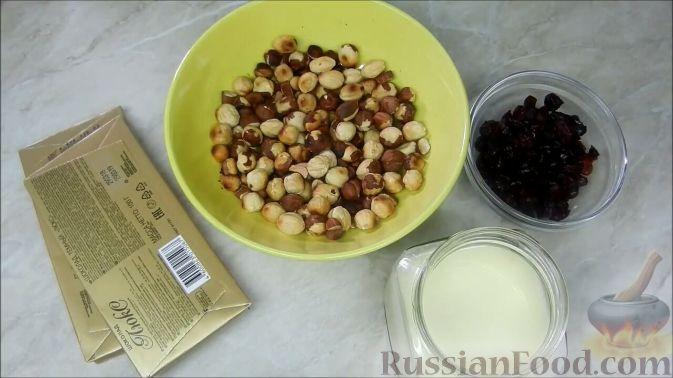 Фото приготовления рецепта: Домашние шоколадные конфеты с орехами и клюквой - шаг №1