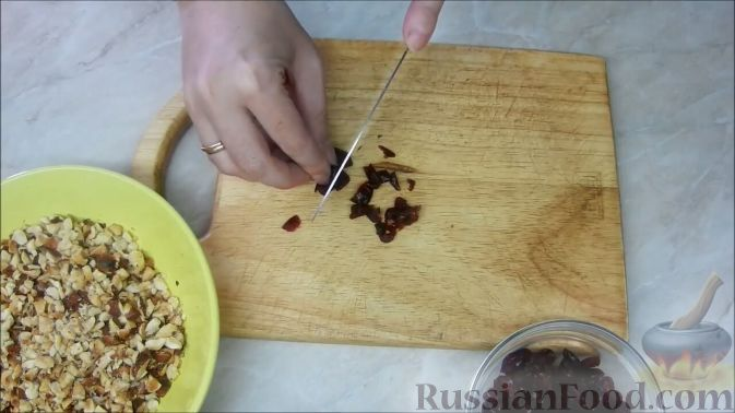 Фото приготовления рецепта: Домашние шоколадные конфеты с орехами и клюквой - шаг №3