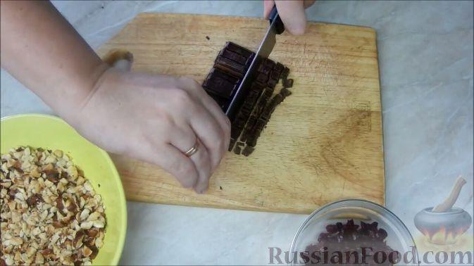Фото приготовления рецепта: Домашние шоколадные конфеты с орехами и клюквой - шаг №4