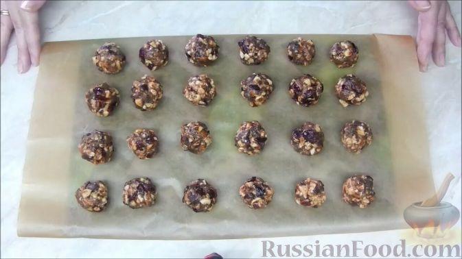 Фото приготовления рецепта: Домашние шоколадные конфеты с орехами и клюквой - шаг №7