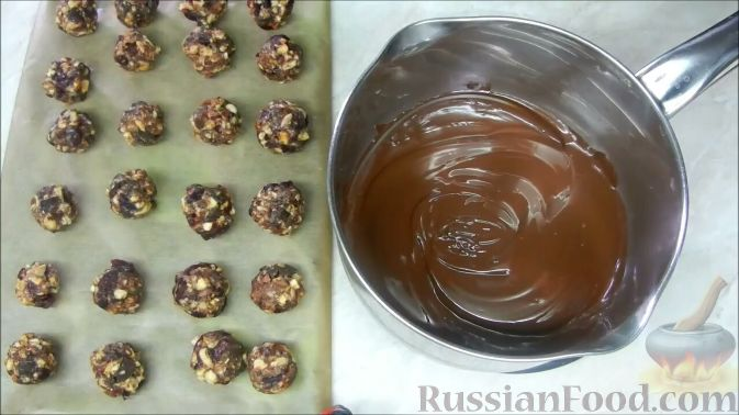 Фото приготовления рецепта: Домашние шоколадные конфеты с орехами и клюквой - шаг №8