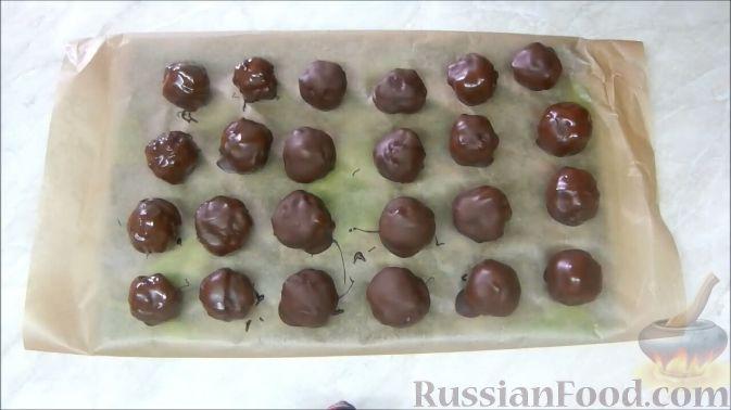 Фото приготовления рецепта: Домашние шоколадные конфеты с орехами и клюквой - шаг №9