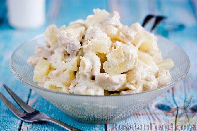 Фото к рецепту: Салат с курицей, ананасами и грибами