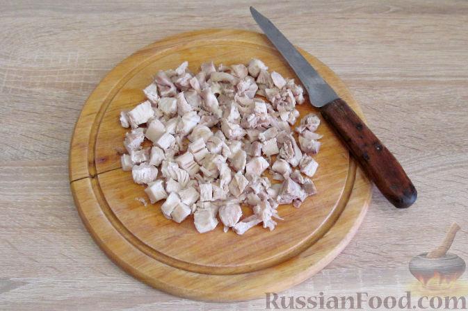 Фото приготовления рецепта: Салат с курицей, ананасами и грибами - шаг №2