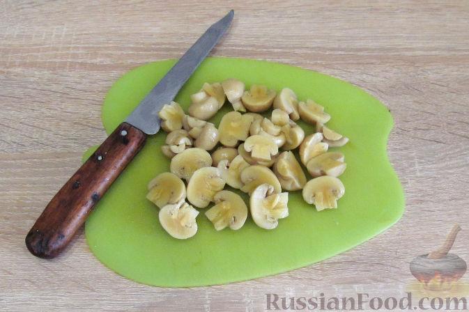 Фото приготовления рецепта: Салат с курицей, ананасами и грибами - шаг №4