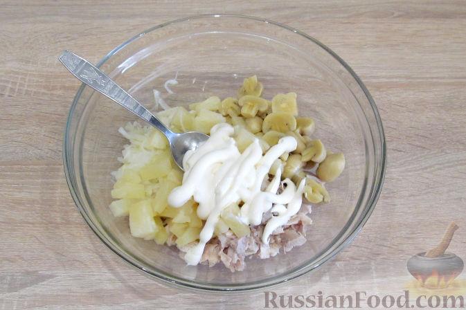 Фото приготовления рецепта: Салат с курицей, ананасами и грибами - шаг №7
