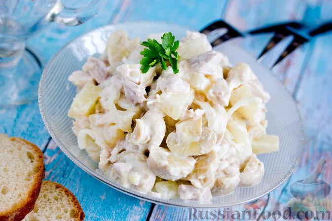 Фото приготовления рецепта: Салат с курицей, ананасами и грибами - шаг №9