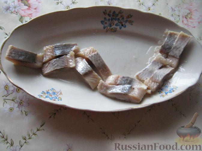 Фото приготовления рецепта: Змея из сельди - шаг №2