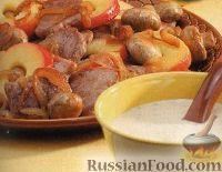 Фото к рецепту: Жареное свиное филе с луком, грибами и яблоками под сливочным соусом