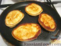 Фото приготовления рецепта: Оладушки на молоке - шаг №4