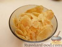 Фото приготовления рецепта: Картофельные чипсы в микроволновке - шаг №4