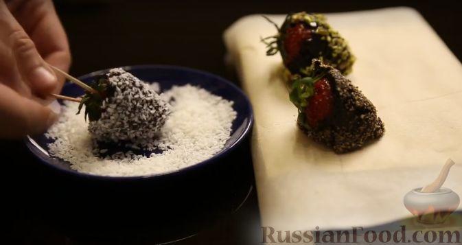 Фото приготовления рецепта: Клубника в шоколаде (четыре вкуса) - шаг №11