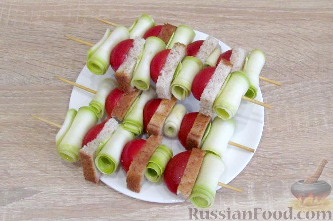 Фото приготовления рецепта: Дрожжевые пирожки с пекинской капустой, рисом и яйцами - шаг №6
