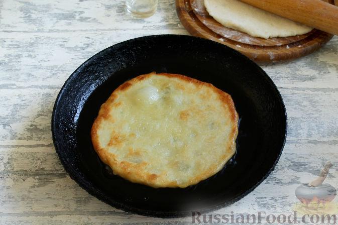 Фото приготовления рецепта: Куриная печень, запечённая с луком и сыром - шаг №4