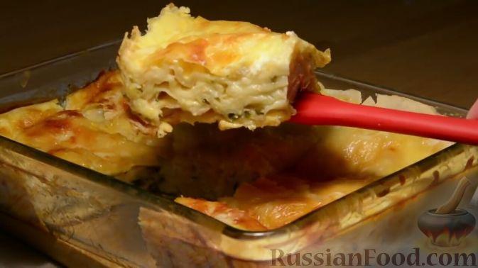 Фото приготовления рецепта: Закуска из малосольной скумбрии, маринованных огурцов и варёных яиц - шаг №8