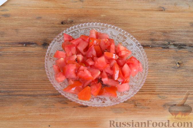 Фото приготовления рецепта: Салат с консервированной рыбой, рисом, яйцами и луком - шаг №2