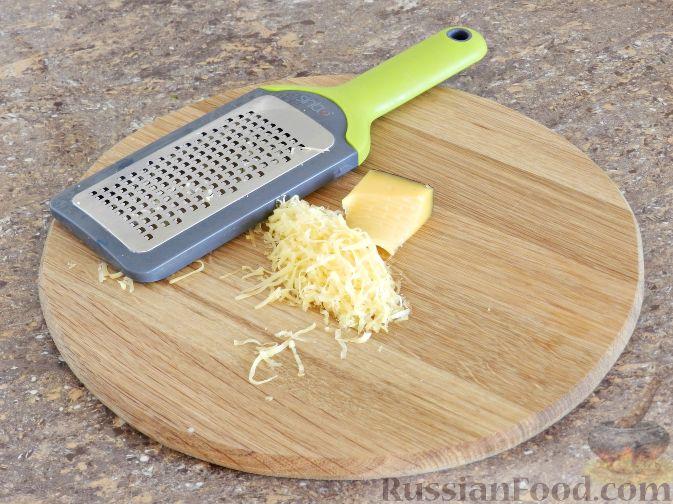 Фото приготовления рецепта: Куриные рулетики с крабовыми палочками и плавленым сыром - шаг №5