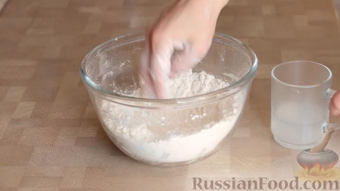 Фото приготовления рецепта: Слоеный пирог с черешней и творогом - шаг №4