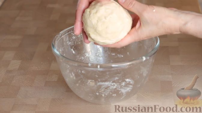 Фото приготовления рецепта: Слоеный пирог с черешней и творогом - шаг №5