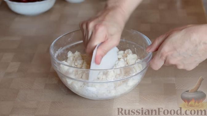 Фото приготовления рецепта: Слоеный пирог с черешней и творогом - шаг №9
