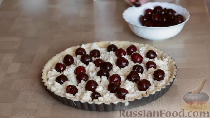 Фото приготовления рецепта: Слоеный пирог с черешней и творогом - шаг №11